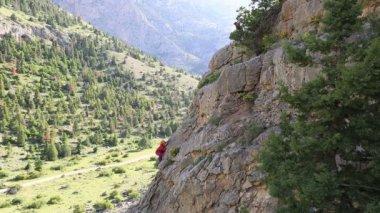 Female climber climbing mountain 4 — Stock Video