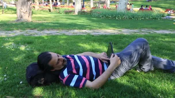 Hombre usando computadora tablet en el Parque 4 — Vídeo de stock