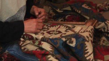 Man  weaving a carpet — Stock Video