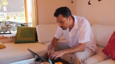 Man using a laptop 4 HD 1080p — Stock Video