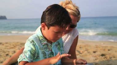 Mother and son with digital tablet — Stock Video