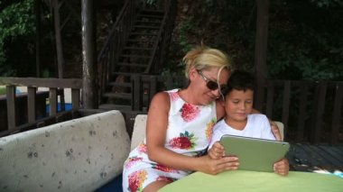 Mother and son using digital tablet 2 — Stock Video