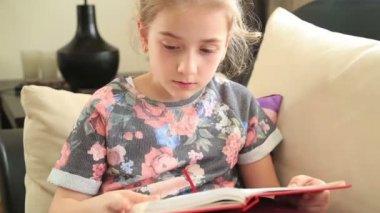 Little girl reading book 2 — Stock Video