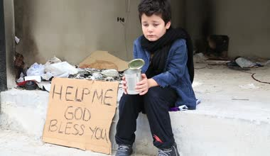 Homeless child begging in street — Stock Video