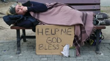 Homeless sick woman begging — Stock Video
