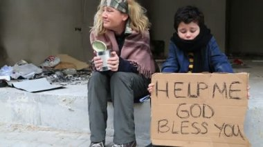 Homeless mother with her son — Stock Video