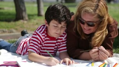 Mother and son painting in the park 3 — Vídeo de stock