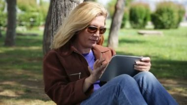 Woman using tablet outdoor — Stock Video