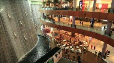 Großen berühmten Wasserfall In Dubai mall — Stockvideo