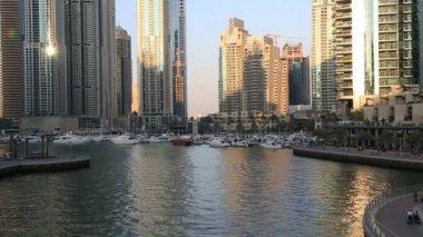 Dubai marina leven bij zonsondergang — Stockvideo