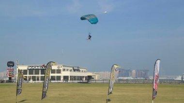 Parachute a atterri des Émirats Arabes Unis — Vidéo