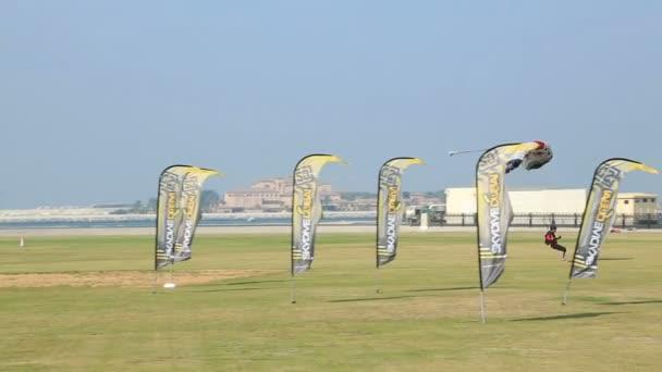 Parachute landed, Dubai — Vidéo