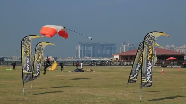 Parachute landed United Arab Emirates — Vidéo
