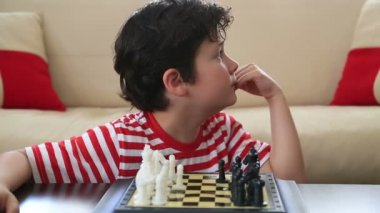 Little boy learning how to play chess 2 — Stock video