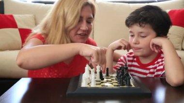 Mãe e filho jogando xadrez — Vídeo stock