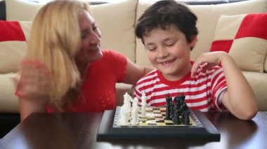 Mom teaches son how to play chess 2 — Stock Video