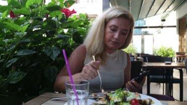 Woman  using smart phone — Stock Video
