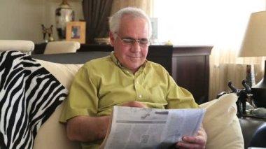 Человек чтения газеты 2 — Стоковое видео