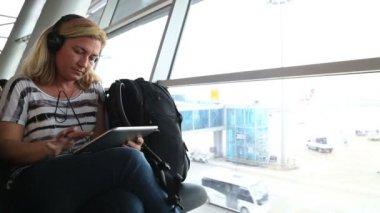 Woman using digital tablet at the airport — Vídeo de Stock