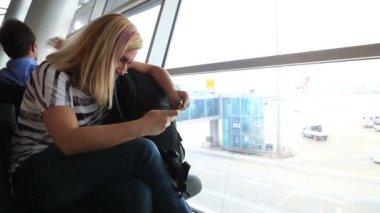 Femme à l'aide de téléphone intelligent à l'aéroport — Vidéo