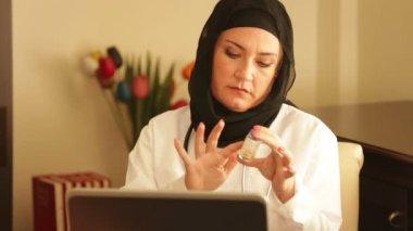 Muslim doctor working 3 — Stock Video