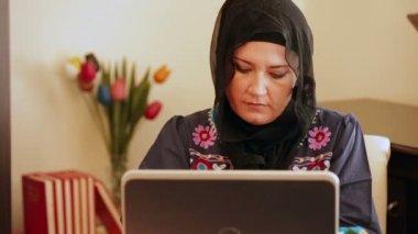 Muzułmanka przy użyciu komputera — Wideo stockowe