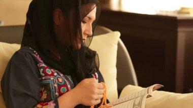 Praying muslim woman 4 — Stock Video