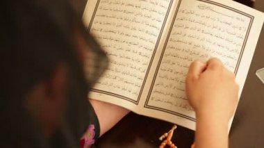 Praying muslim woman 7 — Stock Video