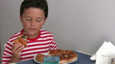 Child eating pizza — Stock Video