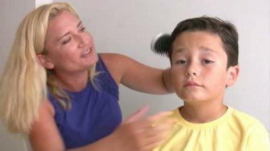 Mamma kamma lilla pojkens hår — Stockvideo