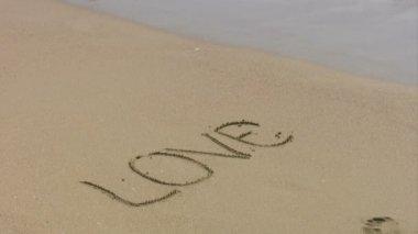 Amor escrito en la arena — Vídeo de Stock