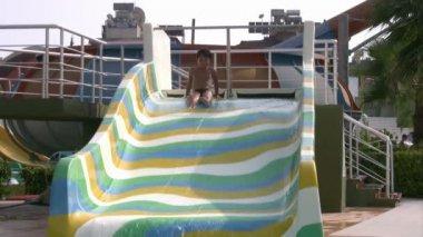 Child having fun at water park — Stock Video