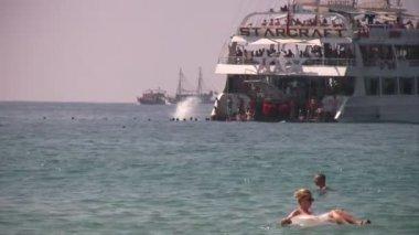 Mensen springen uit boot in zee — Stockvideo