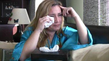 Płacząca kobieta na kanapie — Wideo stockowe