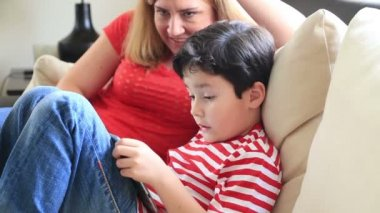 Mom and son with digital tablet — Stock Video