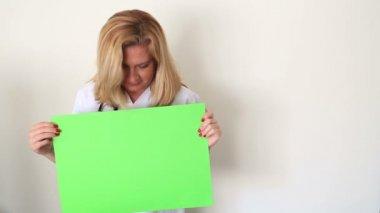 Vrouw die naar een groen scherm en glimlachen — Stockvideo