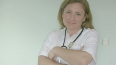 Female doctor smiling at camera. — Stock Video