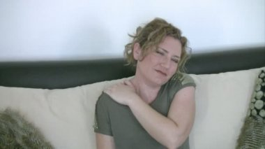 Woman having neck pain — Stock Video
