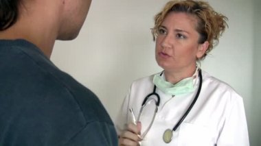 Female doctor consulting with  patient — Stock Video