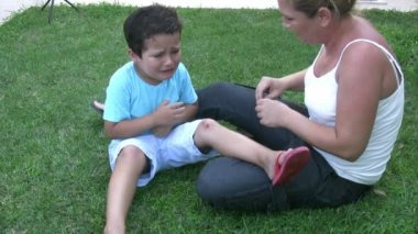 Injured little boy crying — Vídeo de Stock