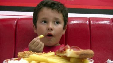 Little boy eating pizza — Stock Video