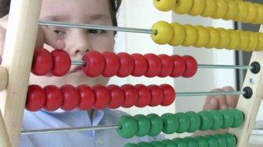 Liten pojke med abacus — Stockvideo