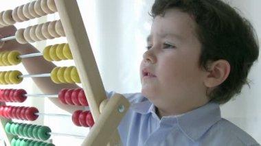 Kleine jongen met behulp van abacus — Stockvideo