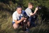 Winnyzja, Ukraine - 18. Juli 2015. Canon 1ds Mark Iii & Canon 5d Mark Ii. Fotografen-Vater und Sohn ausziehen in der Natur. Der Vater lehrt seinen Sohn das Recht zur Nutzung der Kamera. Das Treffen der beiden Freunde — Stockfoto