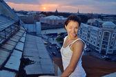 Szalona dziewczyna na dachach — Zdjęcie stockowe