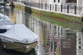 Boats in a canal, with moss covered walls, Venice, Italy — Stock Photo