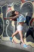 Mujer joven feliz saltando — Foto de Stock