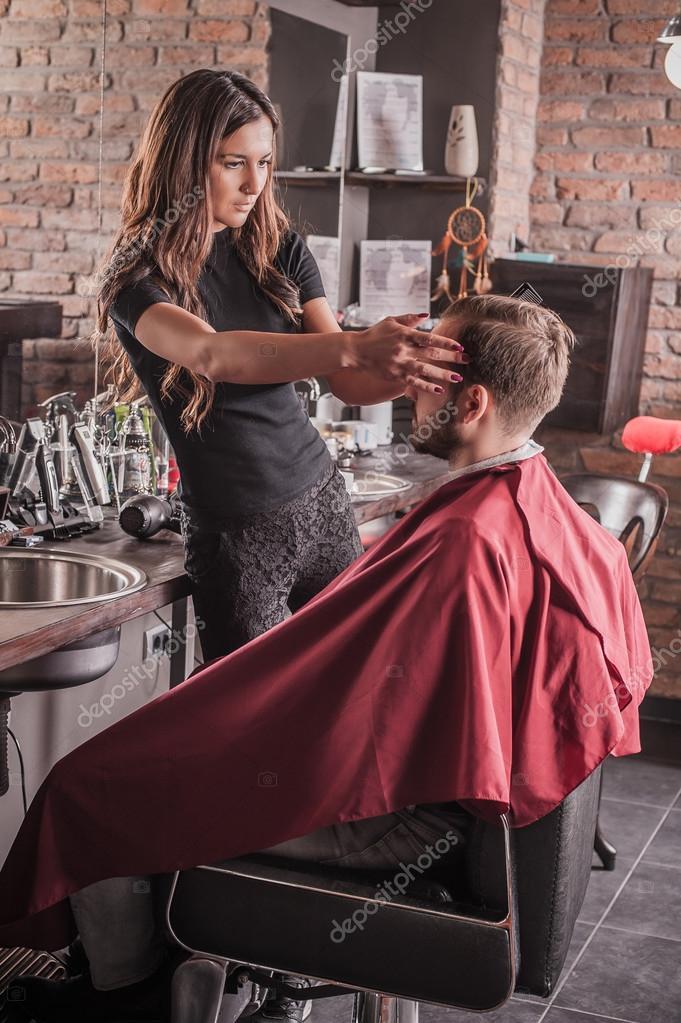 Cheveux coiffure coiffeur féminin de l'homme en fauteuil ...
