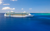 """""""Freedom of the Seas"""" giant cruise ship was tendered next to the shore — Stock Photo"""
