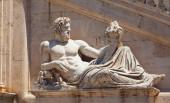 Estatua del Tíber (Dios Tiberinus) en el Palazzo Senatorio (Senatorial) en Roma — Foto de Stock